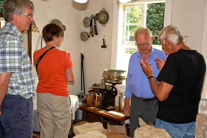 Besucher im Gespräch mit Horst Fichtmüller