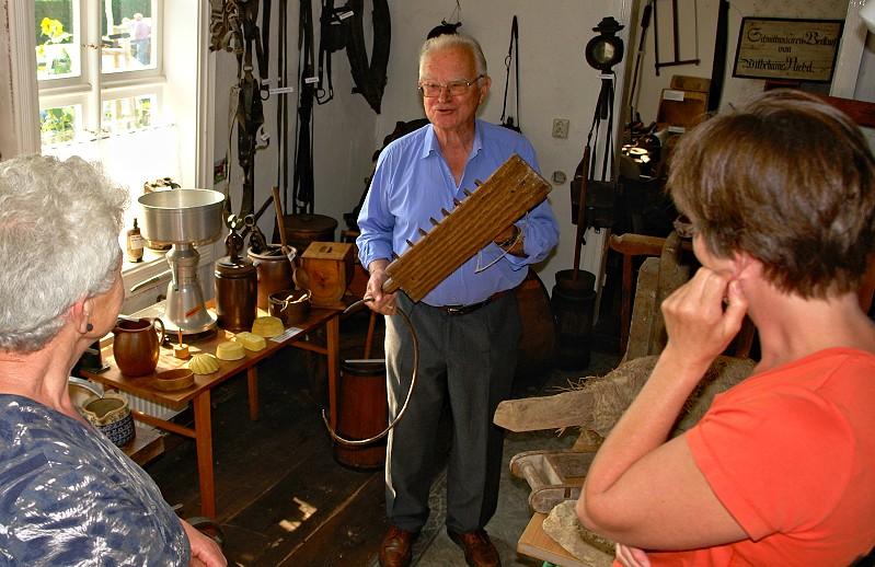 Horst Fichtmüller mit Besuchern im Museum Schönermark